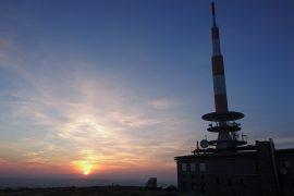 Auf dem Gipfel des Brocken vor Sonnenuntergang