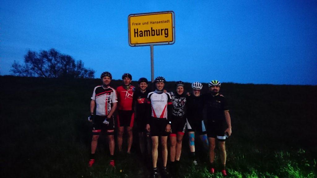 Ortschild Hamburg Teamfoto Doppelbrocken