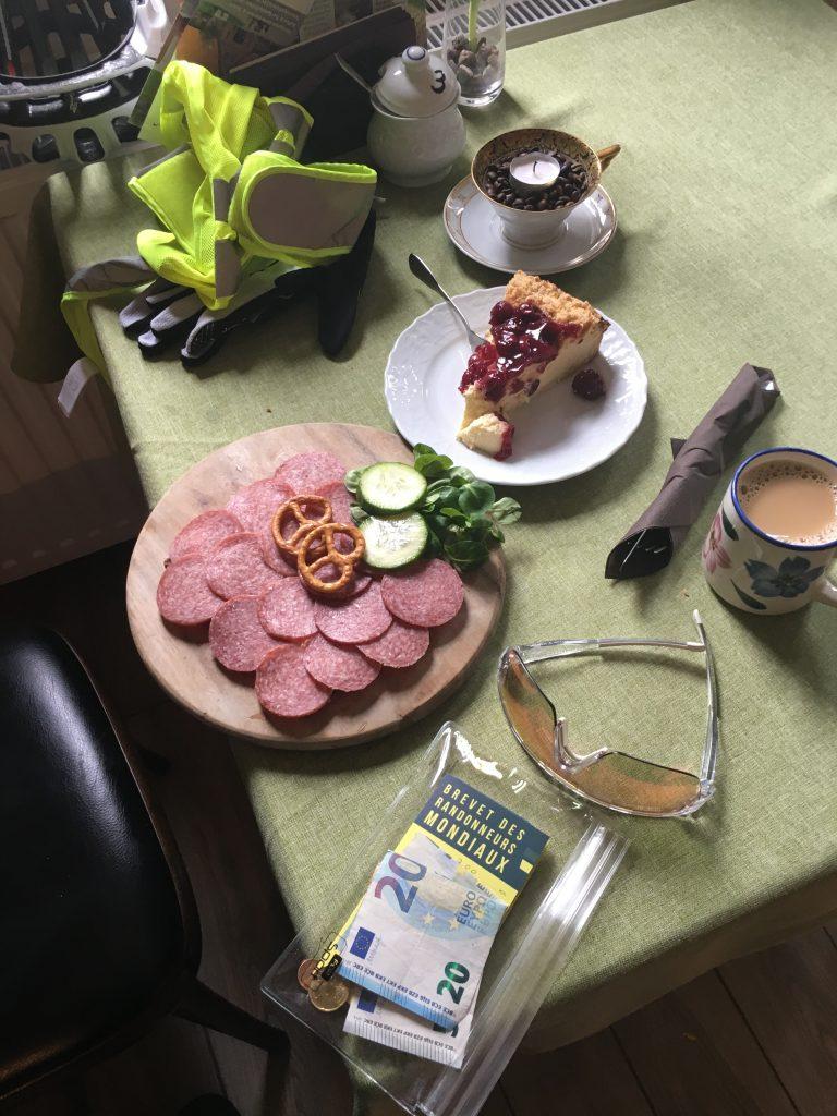 Kaffee, Kuchen, Mettbrot